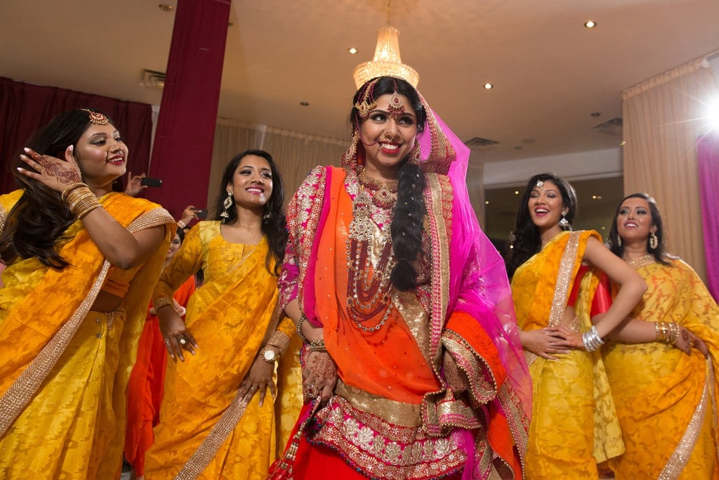 This Bangla couple kept tradition alive in their haldi and sangeet ceremonies. (7)