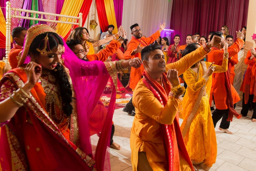 This Bangla couple kept tradition alive in their haldi and sangeet ceremonies. (6)