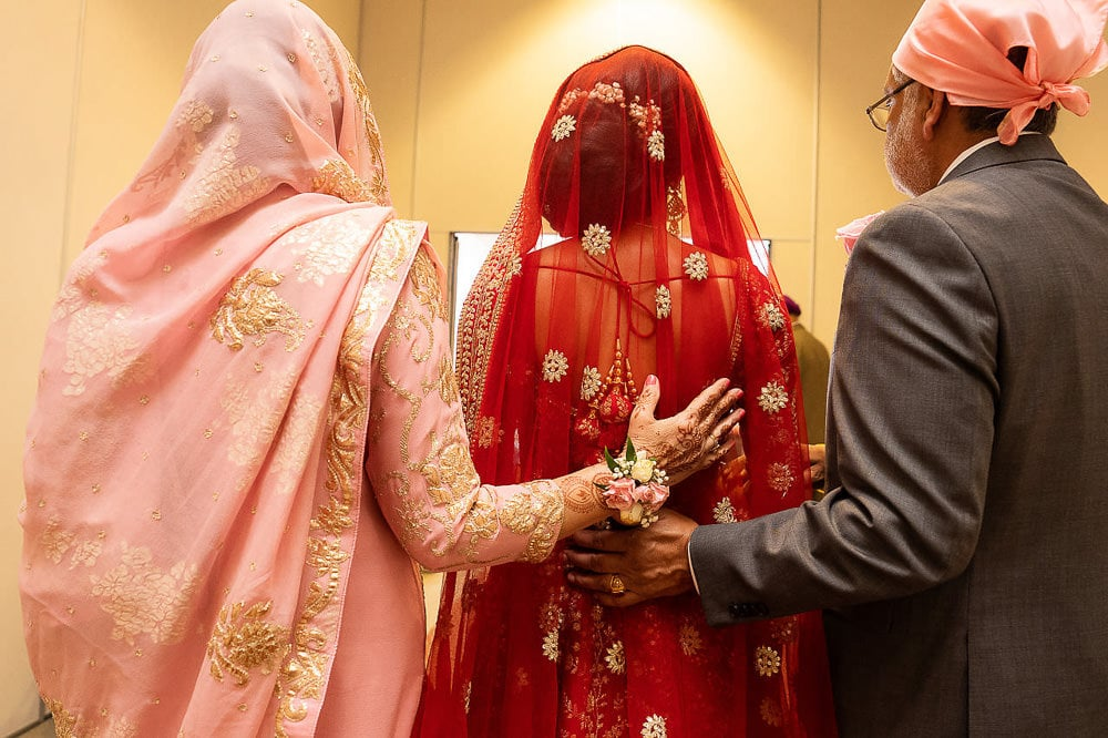 Indian bride entering Scarborough Sikh Gurdwara Toronto with her parents