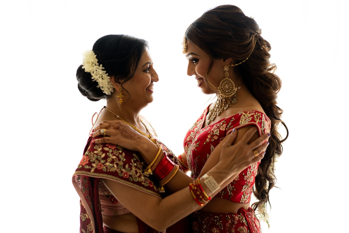 mother-daughter-moment-indian-weddings